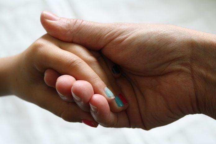Zabieg parafinowy na dłonie - jak wykonać w domu