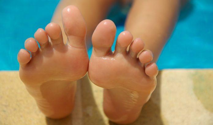 Domowe sposoby na suche stopy i pękające pięty